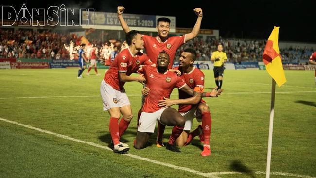 Cầu thủ của CLB Hồ Lĩnh Hà Tĩnh ăn mừng chiến thắng trước Quảng Nam (Ảnh Thanh Hải)