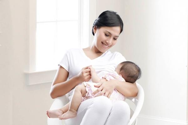 Trẻ cần được bú sữa mẹ đầy đủ