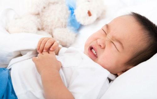 Nếu có những dấu hiệu trẻ ăn vào là bị nôn bất thường cha mẹ cần đưa trẻ tới cơ sở y tế