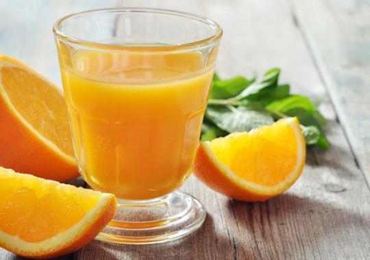 trẻ 6 tháng tuổi uống nước cam được không