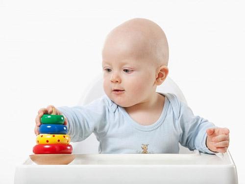 trẻ 6 tháng tuổi biết làm những gì