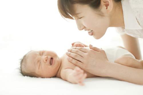 cách trị táo bón cho trẻ sơ sinh tại nhà