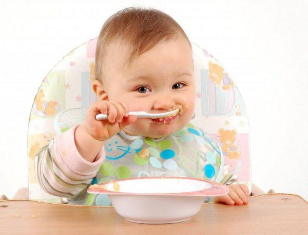 trẻ 4 tháng tuổi ăn dặm mấy bữa